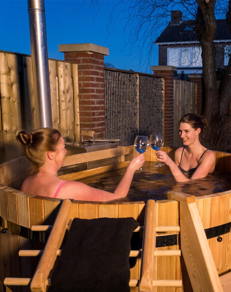 Drinken in houten hottub, buitenbad