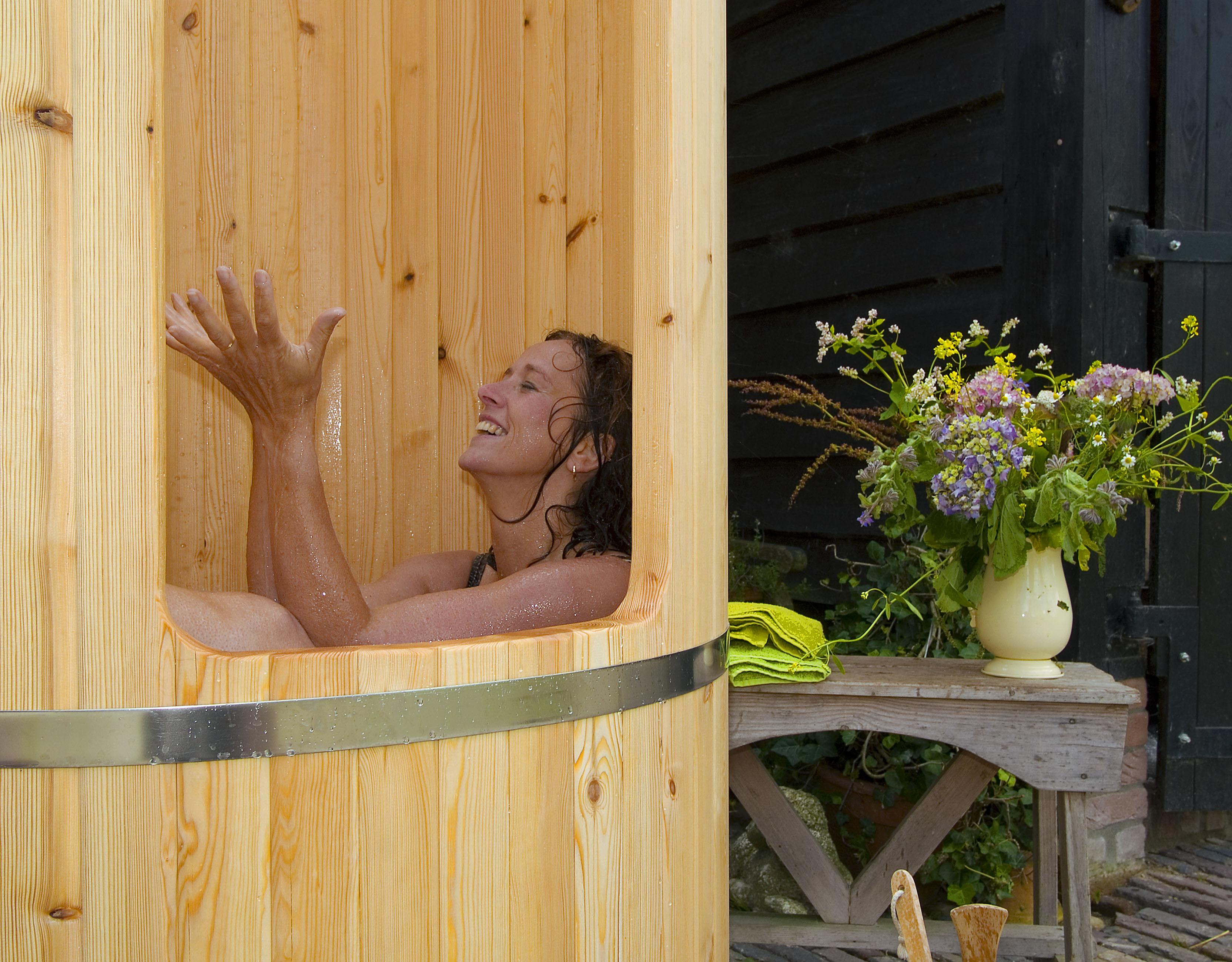 Genieten in houten buitendouche