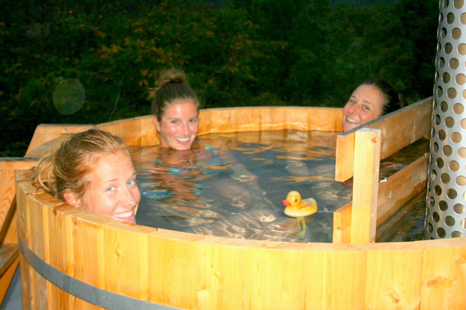 Dames in houten hottub
