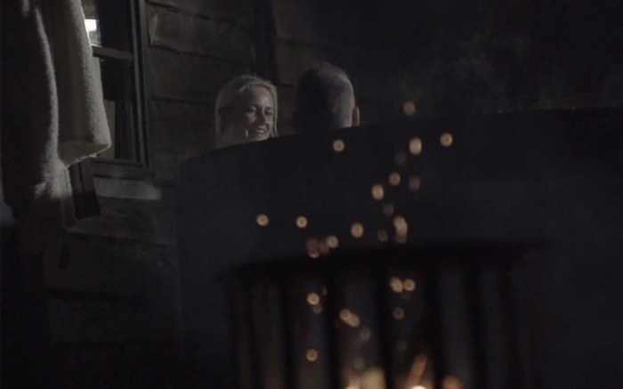 Sfeerfoto in een houten hottub buiten
