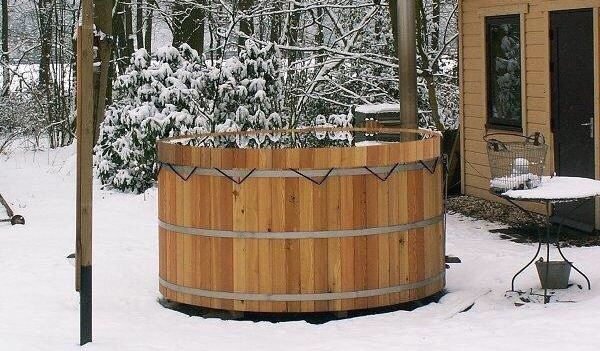 Houten hottub in de sneeuw