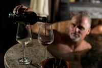 Wijn inschenken in een hottube