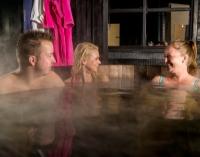 Gezellig samenzijn in houten baden