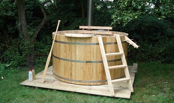 houten bad met trapjes