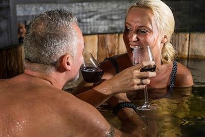 wijn drinken houten bad