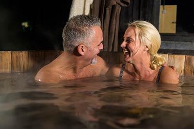 Samen genieten in een houtgestookt bad