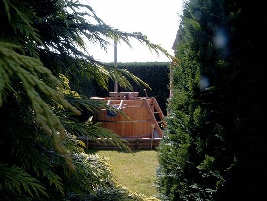 Sfeervol-houten-buitenbad-van-goede-kwaliteit